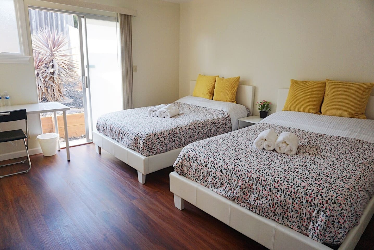 Room A1 - 2 Double Beds with sliding door to backyard