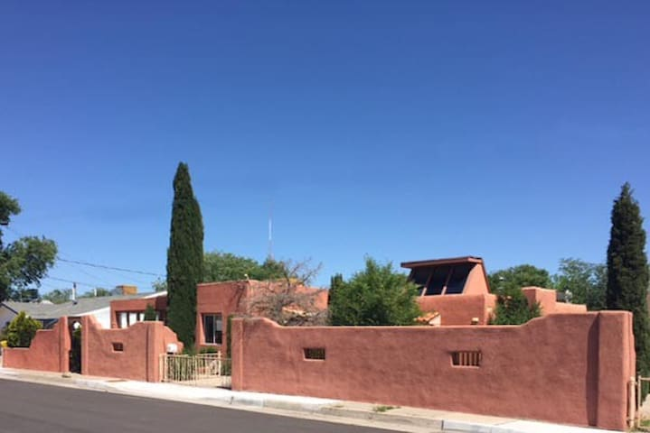 Old Town Location! Adobe w/hot tub! - Albuquerque - Maison