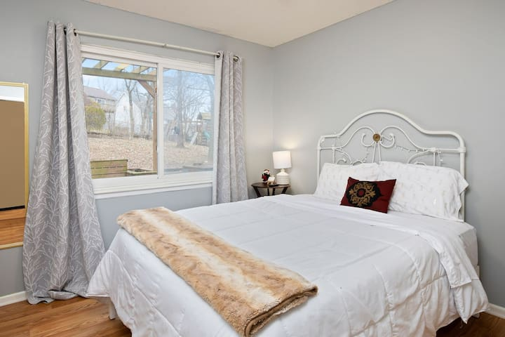 ☆Cozy☆ Crash Pad | Comfy Queen Bed, Near Main Hwys