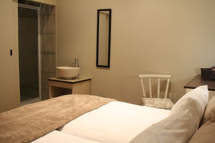 King size or Twin beds with en suite bathrooms (shower) - Room 1