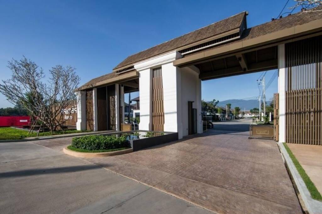 别墅正门 : Villa entrance