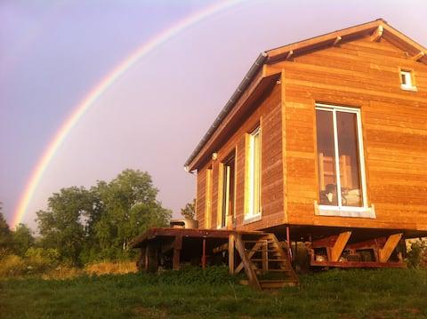 Maison en bois dans un pré