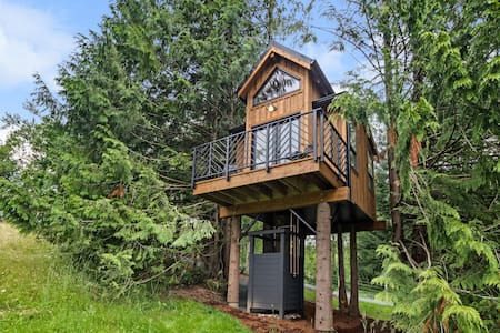 PRIVATE DESIGNER TREEHOUSE WITH A VIEW