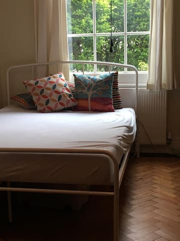 Lovely double room available. Must love cats