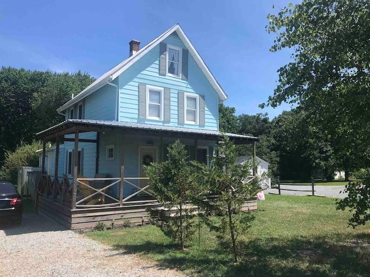 Gorgeous spacious Farmhouse minutes to beaches!