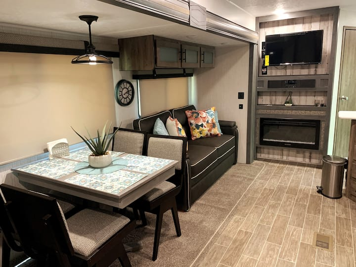 Pristine & Comfortable RV (Self check-in)