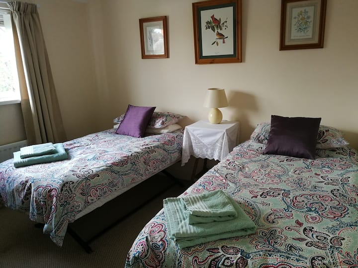 Twin room close to city centre and airport.