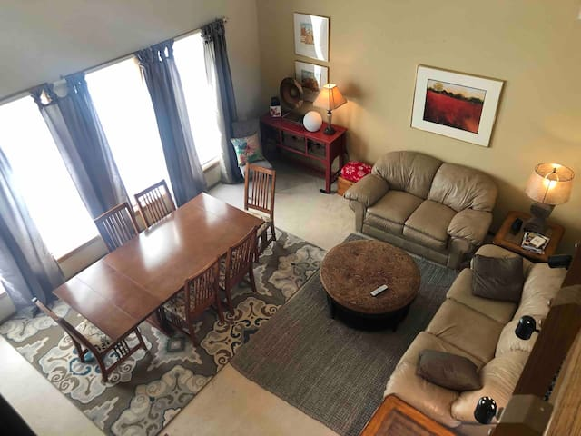 Smokey Hill Retreat-Clean and Spacious Lodging