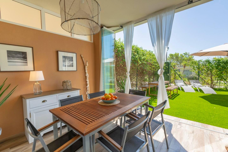 Imagínate tumbado al sol en el jardín, o cenando al atardecer en la terraza después de un baño en la piscina. Para familias es ideal para que los niños puedan jugar con total seguridad. Puerta de acceso directo a la piscina desde el jardin. Enjoy!
