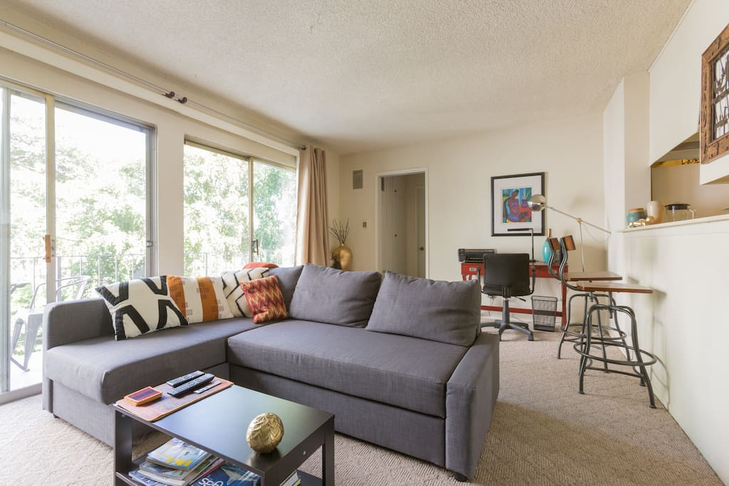 Watch TV on this comfortable sofa or have a drink at the kitchen bar while sitting on one of the  swivelling bar stools.