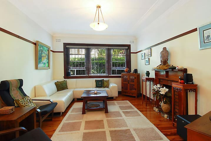 Stay in a beautiful beach side apartment - Coogee - Apartment