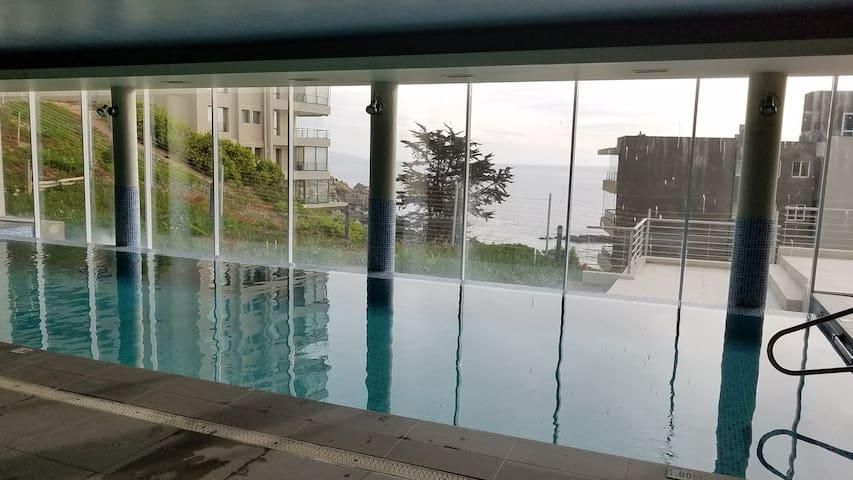 Vista al mar desde la piscina temperada