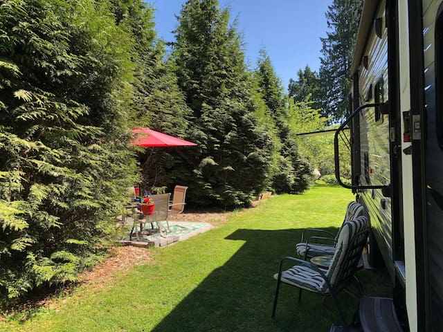 Large RV Private and Self Contained. Sleeps 8