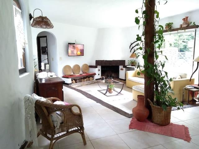 Casa mediterránea dos plantas en barrio forestal