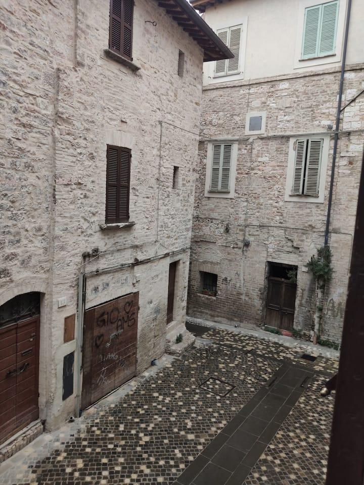 Tra i vicoli di Foligno nella quiete cittadina