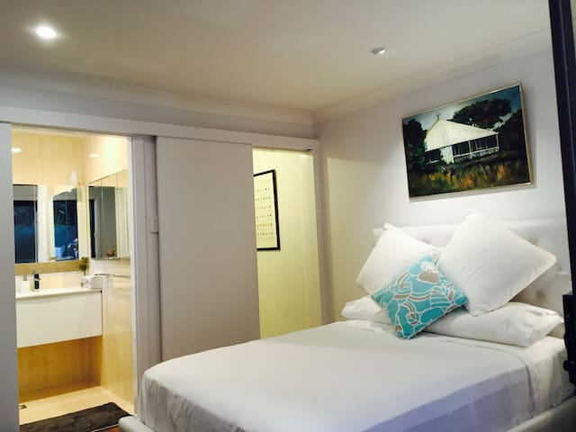 Beautiful separate private 1B suite - Balmain - Rumah
