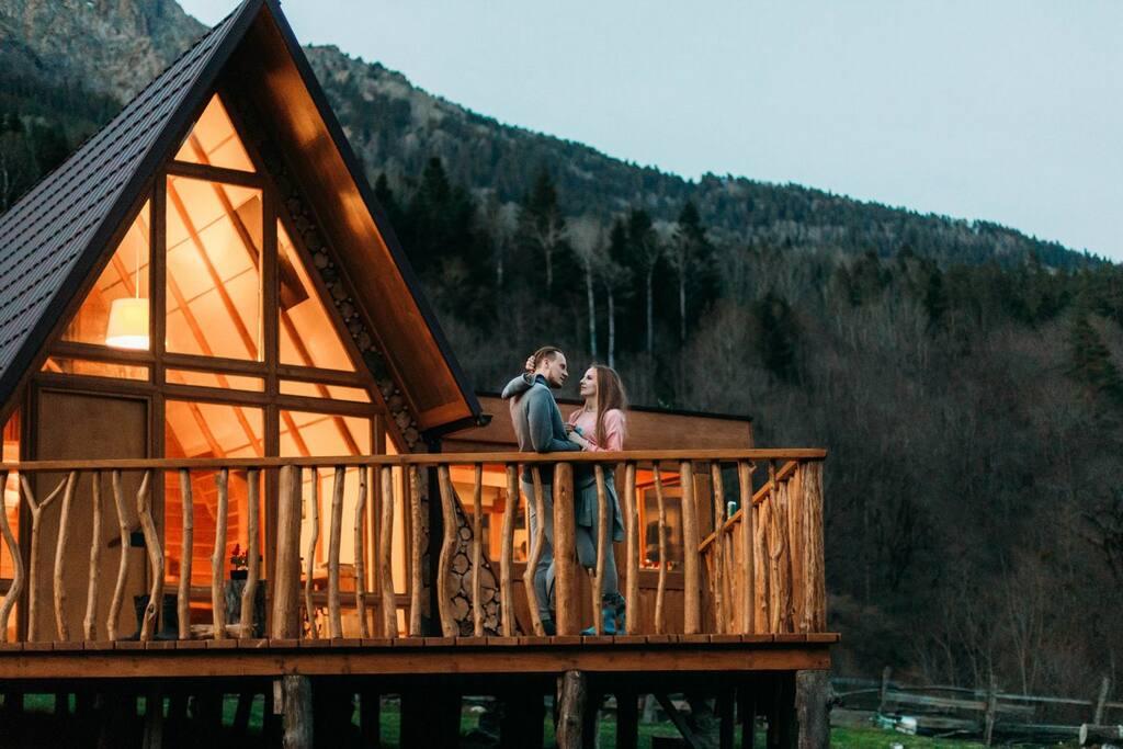 Альпийский домик подходит для романтического отдыха влюбленных