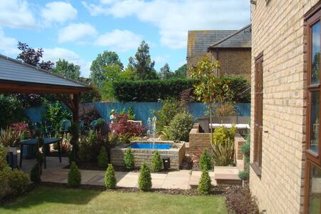 Luxury detached house on a lake - Milton Keynes - House