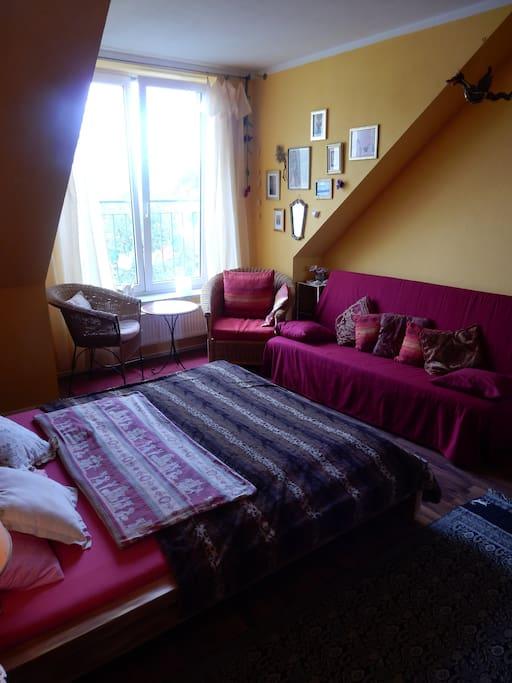 Zwei bequeme Korbstühle , ein Tischchen, eine Leselampe  bedinden sich am großen Panoramafenster