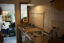Küche (Herd, Spüle, Wasserkocher, Kaffeemaschine, Geschirspüler)