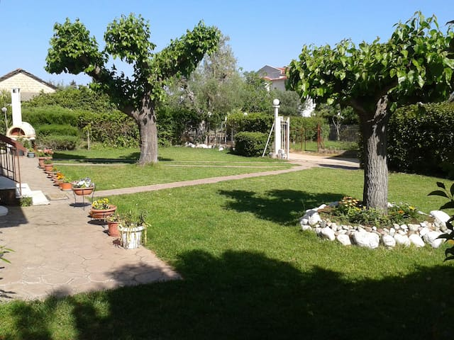 LOVELY COTTAGE WITH GARDEN - Καρυά - Casa