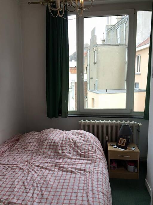 Chambre petite mais confortable et très lumineuse même en cas de mauvais temps