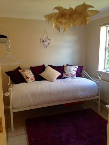 Beautifully decorated bedroom for 1 - Dartford - Huis