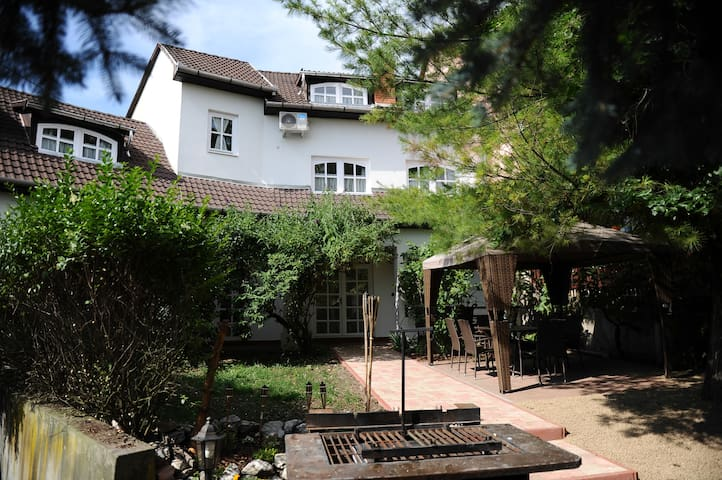 Peaceful location above Eger castle - Eger - Apartment