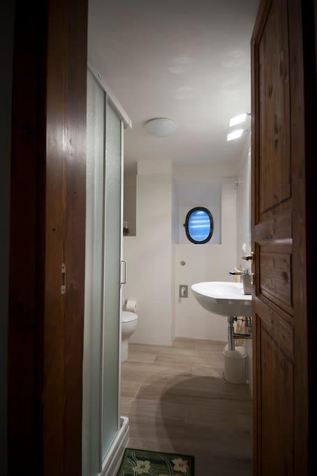 Bagno con doccia da condividere con una sola camera