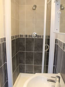 Self Contained Studio-3mins Station - Borehamwood
