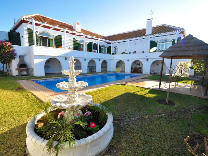 Beautiful and spacious Villa in Almuñécar with 5 bedrooms and private pool