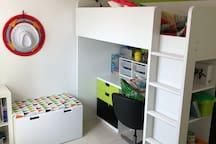 Chambre d'enfants avec 2 lits simples