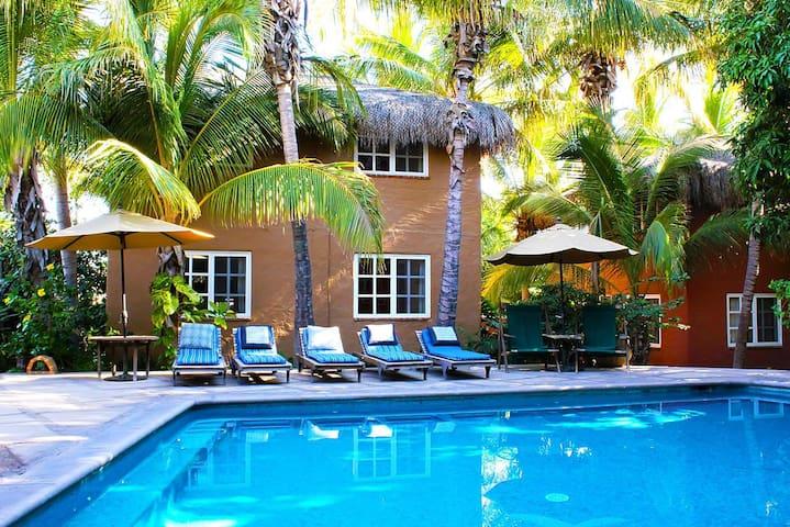 Cozy Studio-Suite: Tropical Hideaway w/ Breakfast!