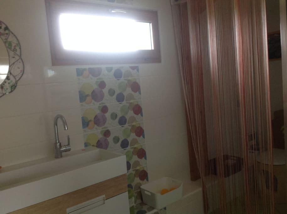 salle d'eau privative. Douche & toilettes sèches.
