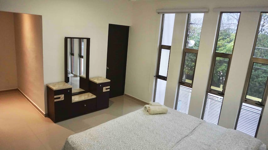Modern spacious room close to everything Parkfront