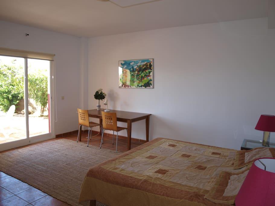 slaapkamer met eigen badkamer en terras