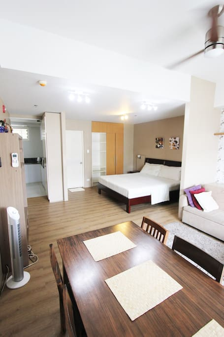 Sala, 1 king sized bed, 1 sofa bed, dining, w/ TV, access to balcony