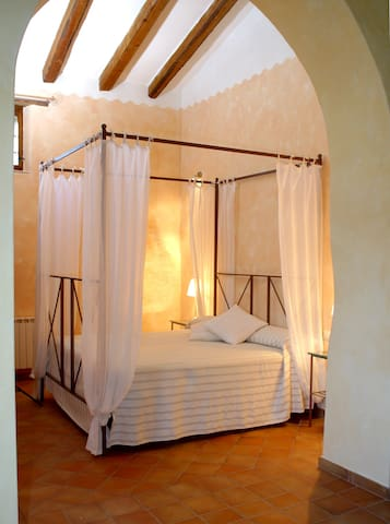 The Celler: Beautiful, in the field - L'Hostal - Vila