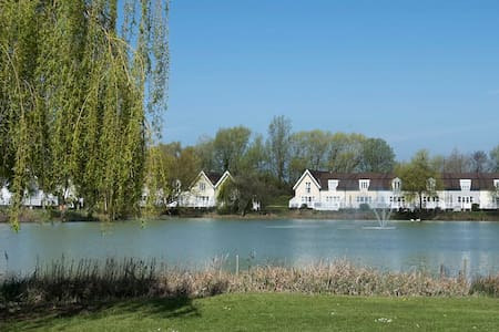 Elm Lodge luxury lakeside lodge Cotswold waterpark - Cirencester