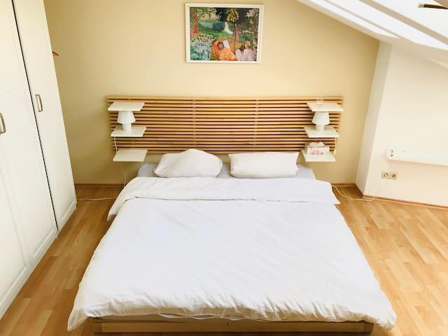 Zimmer in stilvoller Wohnung mit kleiner Terasse