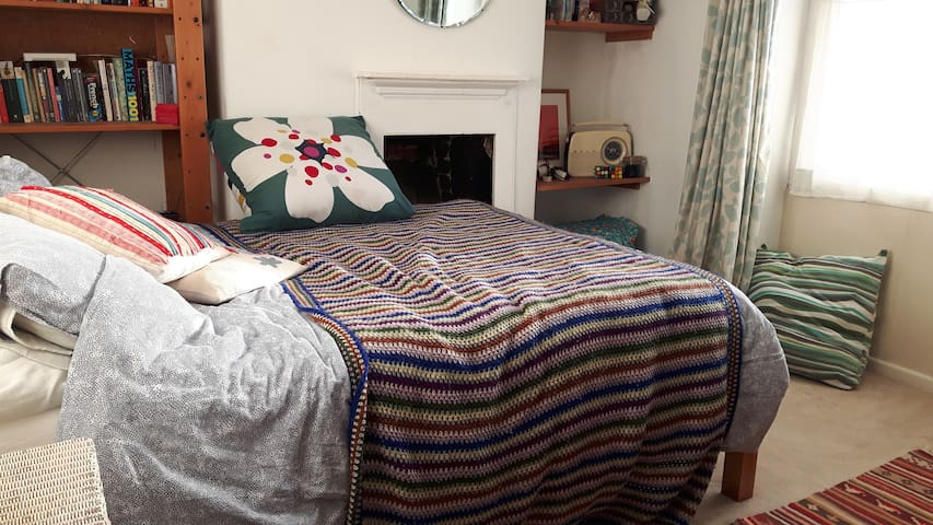 big comfortable room, quiet street in town centre - Bridport - Bed & Breakfast