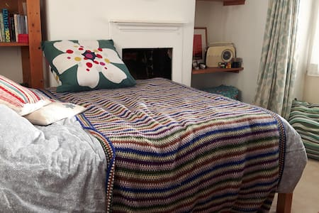 big comfortable room, quiet street in town centre - Bridport
