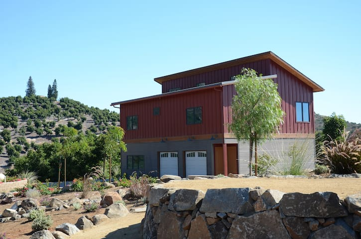 Modern Seclusion!  Guest house.