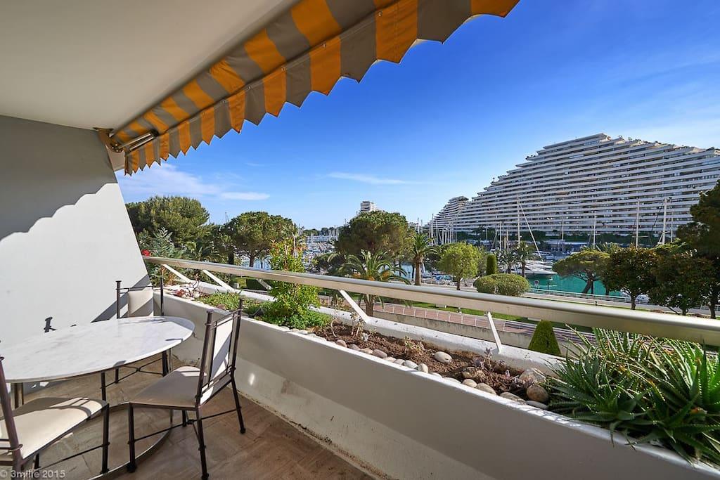 Grande terrasse pour un déjeuner ou apéritif au soleil.