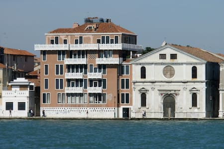 Waterfront apartment with terrace - Veneza