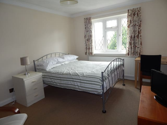 Quiet spacious room with parking - Earley