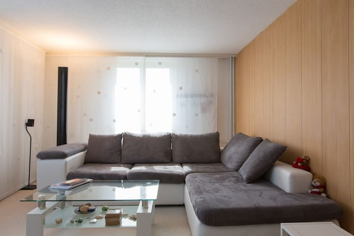 Wohnzimmer mit TV | Living room with tv