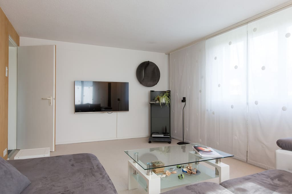 Wohnzimmer mit TV | Living room with tv