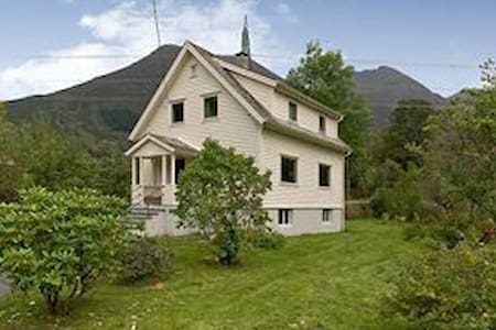 Rosendal ved Hardangerfjorden. - Talo