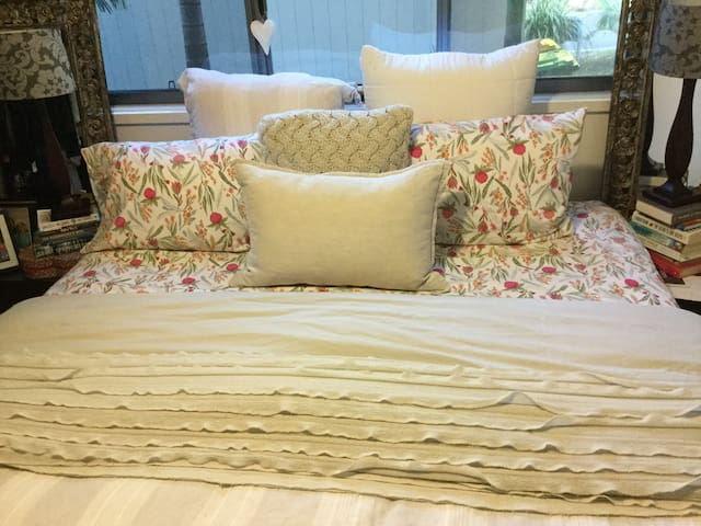 Comfortable King Bed with en-suite